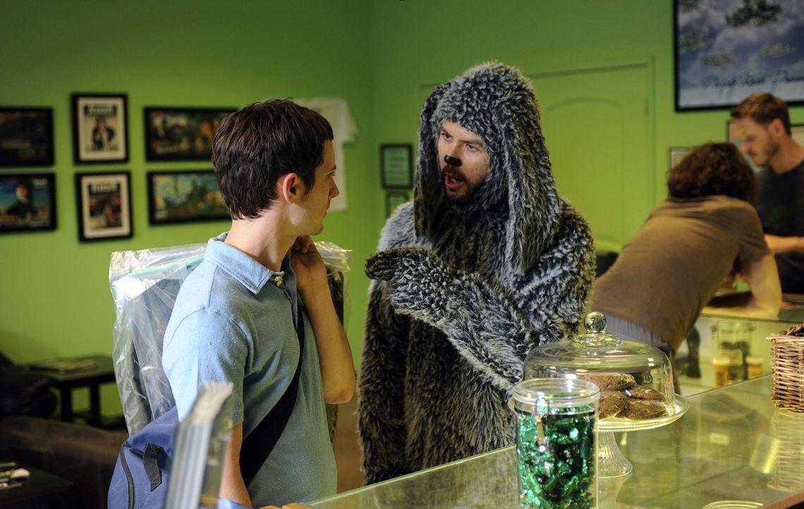 Wilfred (Jason Gann, r.) versucht Ryan (Elijah Wood, l.), der frisch verliebt ist, ein schlechtes Gewissen einzureden ... - Bildquelle: 2011 FX Networks, LLC. All rights reserved.