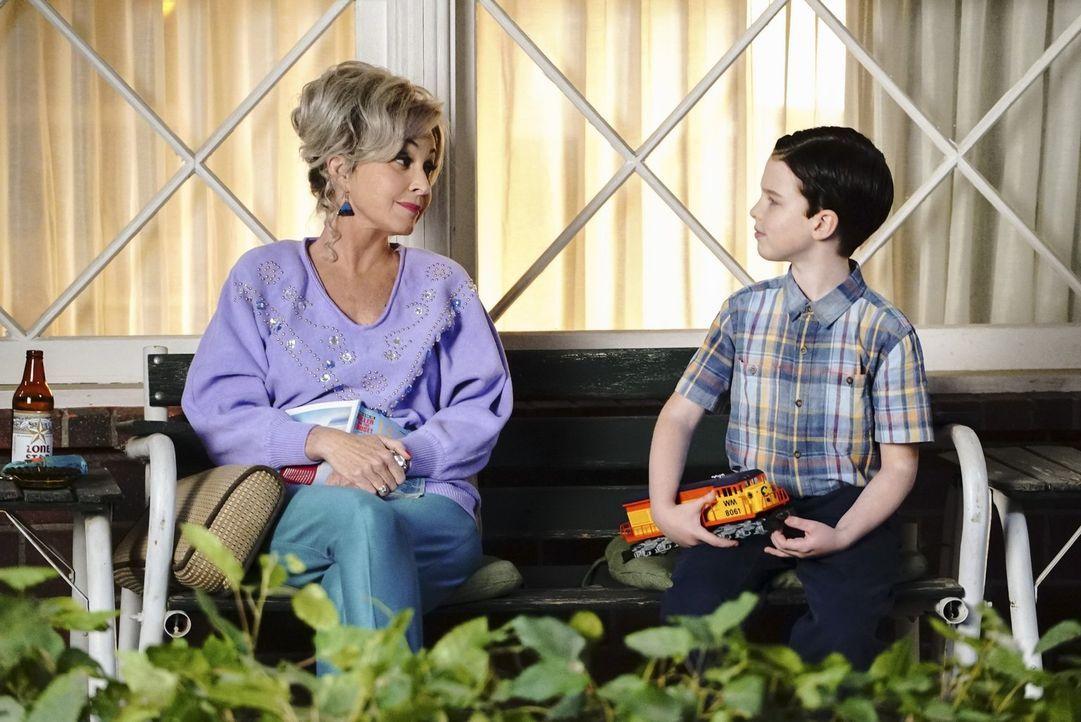 Als George ganz dringend die Unterstützung von Sheldon (Iain Armitage, r.) braucht, zeigt Meemaw (Annie Potts, l.) dem Jungen, wie er genau diese Ve... - Bildquelle: Warner Bros.