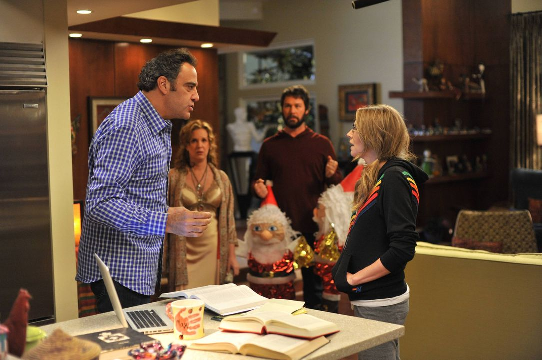 Max (Brad Garrett, l.) und Polly (Sarah Chalke, r.) geraten dermaßen aneinander, dass auch Elaine (Elizabeth Perkins, 2.v.l.) und Julian (Jon Dore,... - Bildquelle: 2013 American Broadcasting Companies. All rights reserved.