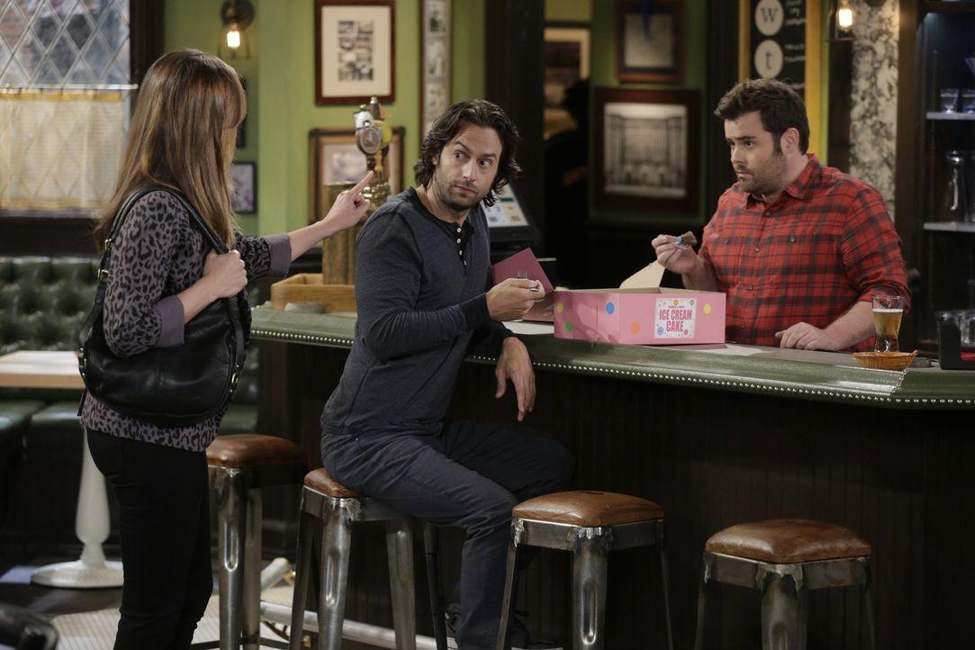 Auch eine spezielle Torte versöhnt Shelly und Leslie (Bianca Kaljich, l.) nicht. Danny (Chris D'Elia, M.) und Brett (David Fynn, r.) helfen beim Ess... - Bildquelle: Warner Brothers