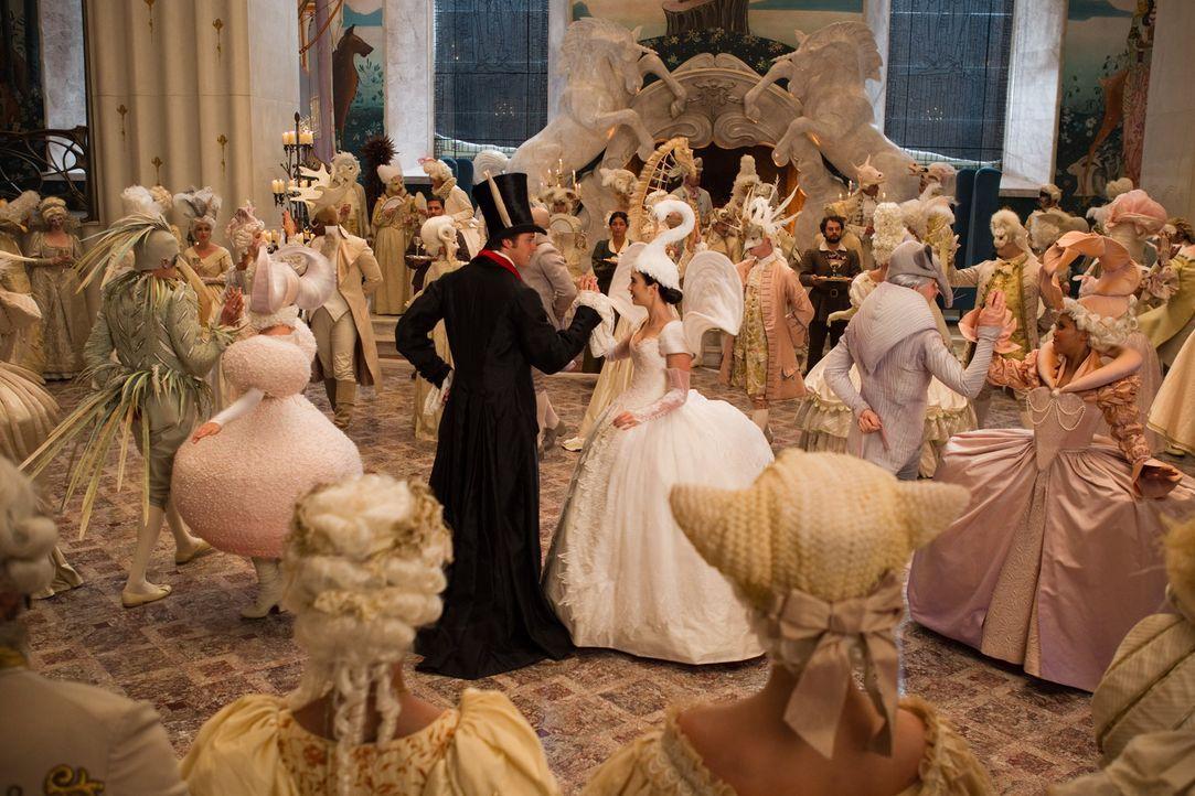 Und wenn sie nicht gestorben sind...: Schneewitchen (Lily Collins, r.) tanzt mit ihrem Prinzen (Armie Hammer, l.) ... - Bildquelle: Jan Thijs @studiocanal