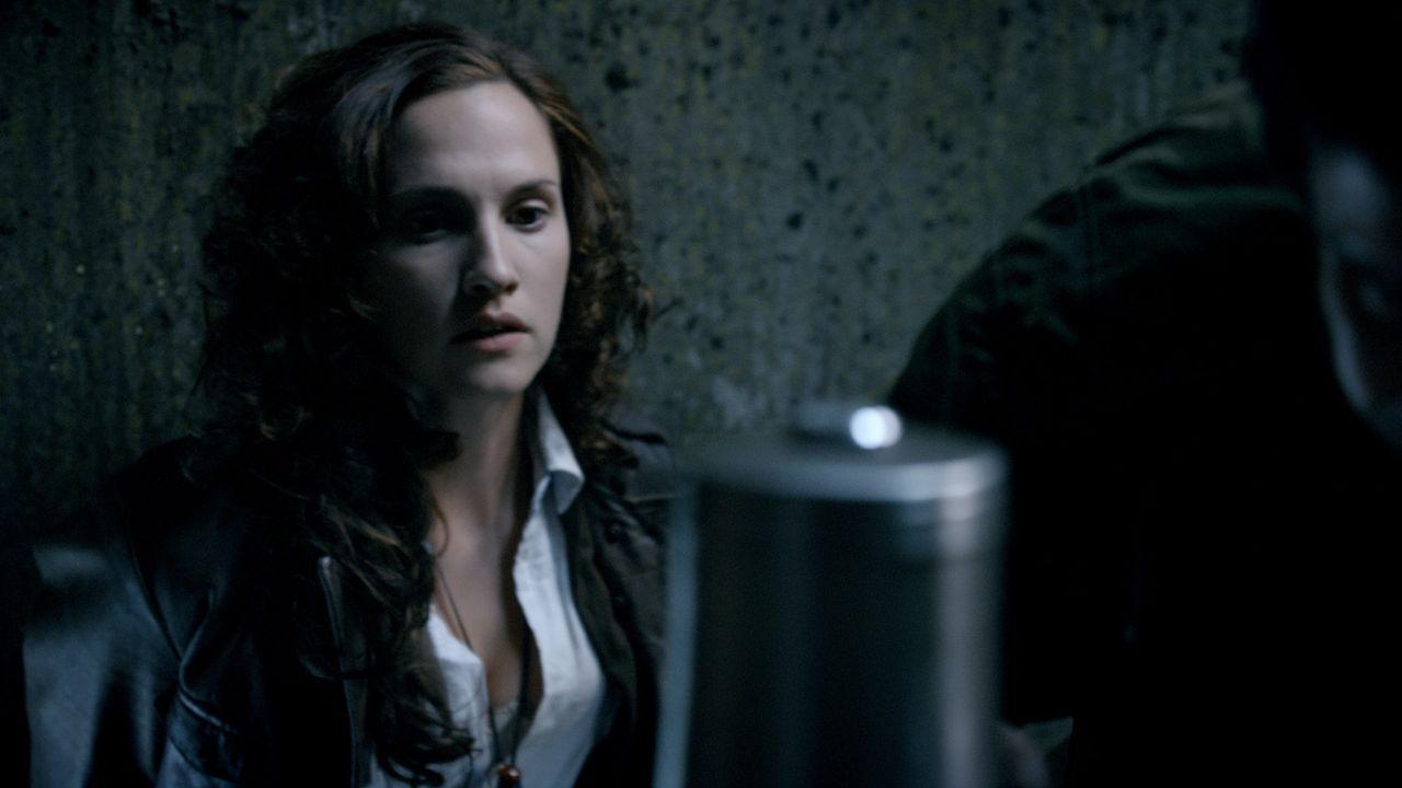 Während Connor und Abby bei der Suche nach der Anomalie auf ein Dorf stoßen, dessen Einwohner vor einem unheimlichen Wurm Angst haben, macht sich... - Bildquelle: ITV Plc