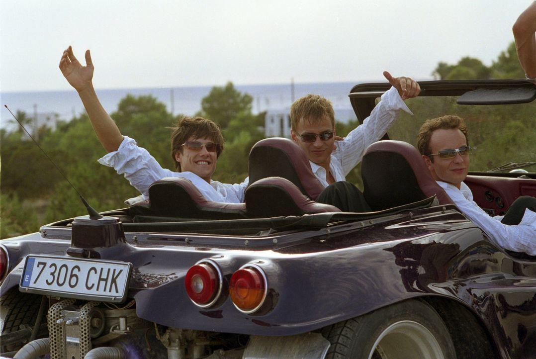 Wollen es auf Ibiza so richtig krachen lassen: Ben (Kristian Erik Kiehling, l.), Felix (Thomas Wlaschiha, M.) und Nick (Michael Krabbe, r.) ... - Bildquelle: Concorde Filmverleih GmbH