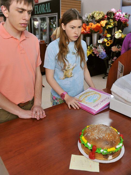 Sue (Eden Sher, r.) und Brad (Brock Ciarlelli, l.) können nicht glauben, dass das die Hochzeitstorte sein soll, die Sues Mutter Frankie für die Hoch... - Bildquelle: Warner Brothers