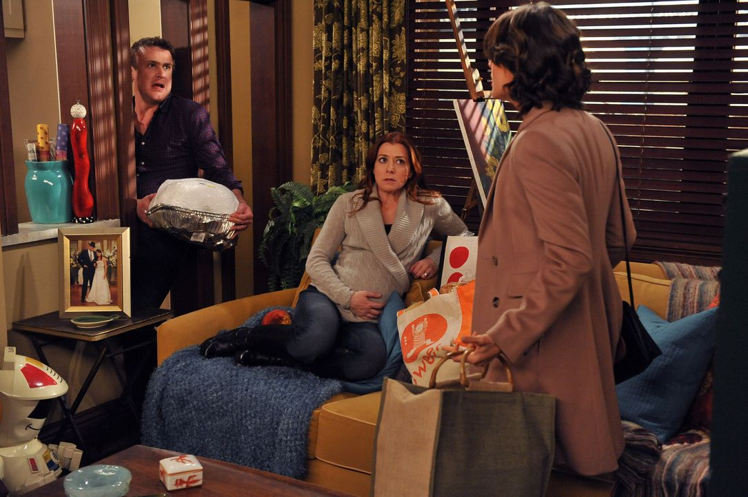 Während sich Barney und Ted vornehmen, gemeinsam ein Baby zu adoptieren, versucht Robin (Cobie Smulders, r.) alles, um zu verhindern, dass Lily (Al... - Bildquelle: 20th Century Fox International Television