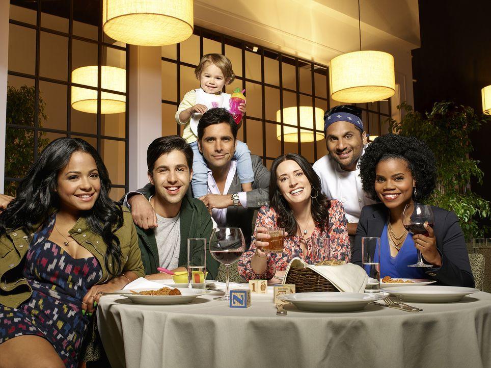 (1. Staffel) - Restaurantbesitzer und Playboy Jimmy Martino (John Stamos, 3.v.l.) muss sich mit seiner neuen Familie (Christina Milian, l., Josh Pec... - Bildquelle: Tommy Garcia ABC Studios