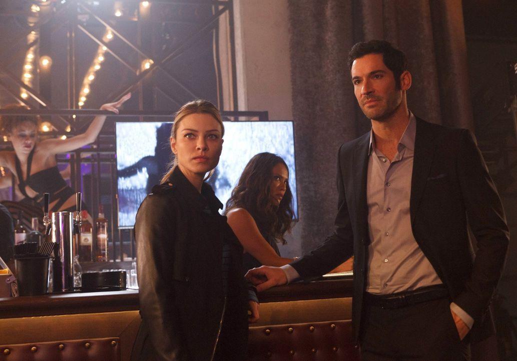 Chloe (Lauren German, l.) und Lucifer (Tom Ellis, r.) arbeiten an einem verwirrenden Fall, der Maze (Lesley-Ann Brandt, M.) erneut an ihrem König zw... - Bildquelle: 2016 Warner Brothers