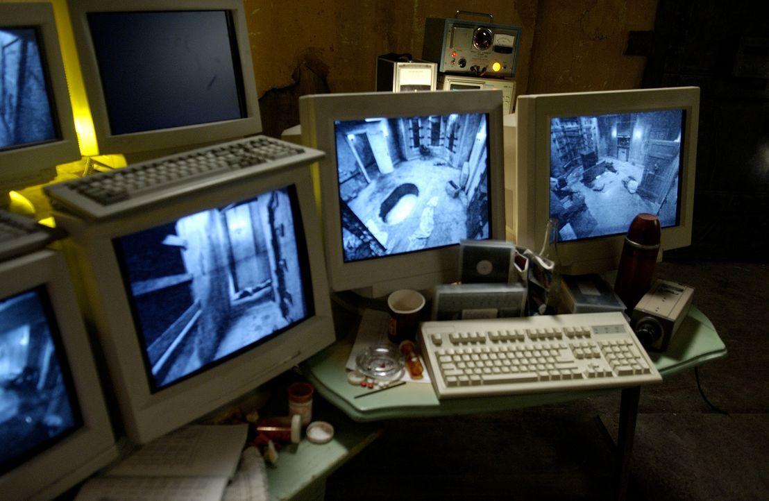 Über Computerbildschirme verfolgt der Serienkiller Jigsaw jeden einzelnen Schritt seiner Opfer. Eiskalt plant er die nächsten tödlichen Schritte ...... - Bildquelle: Kinowelt Filmverleih