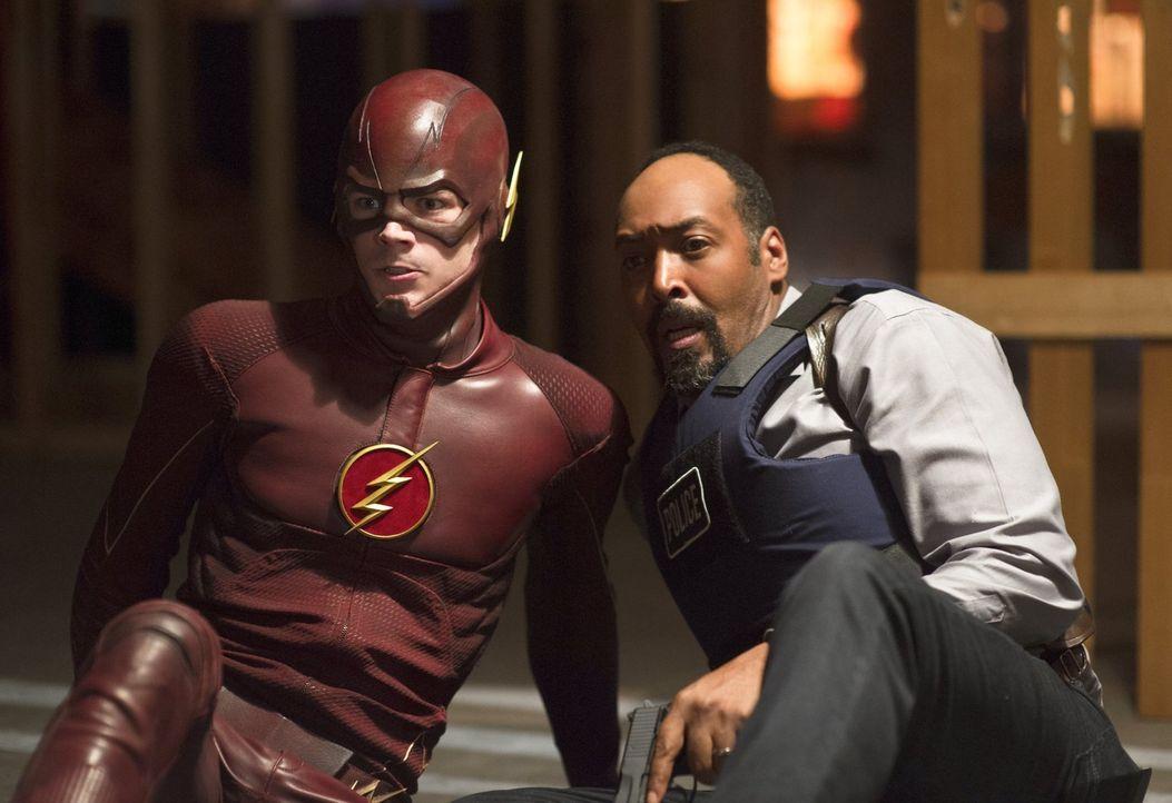 Bei dem Versuch, Ray Bivolo, der Gefühle anderer Menschen beeinflusst, zu stellen, geraten Barry alias The Flash (Grant Gustin, l.) und Joe West (Je... - Bildquelle: Warner Brothers.