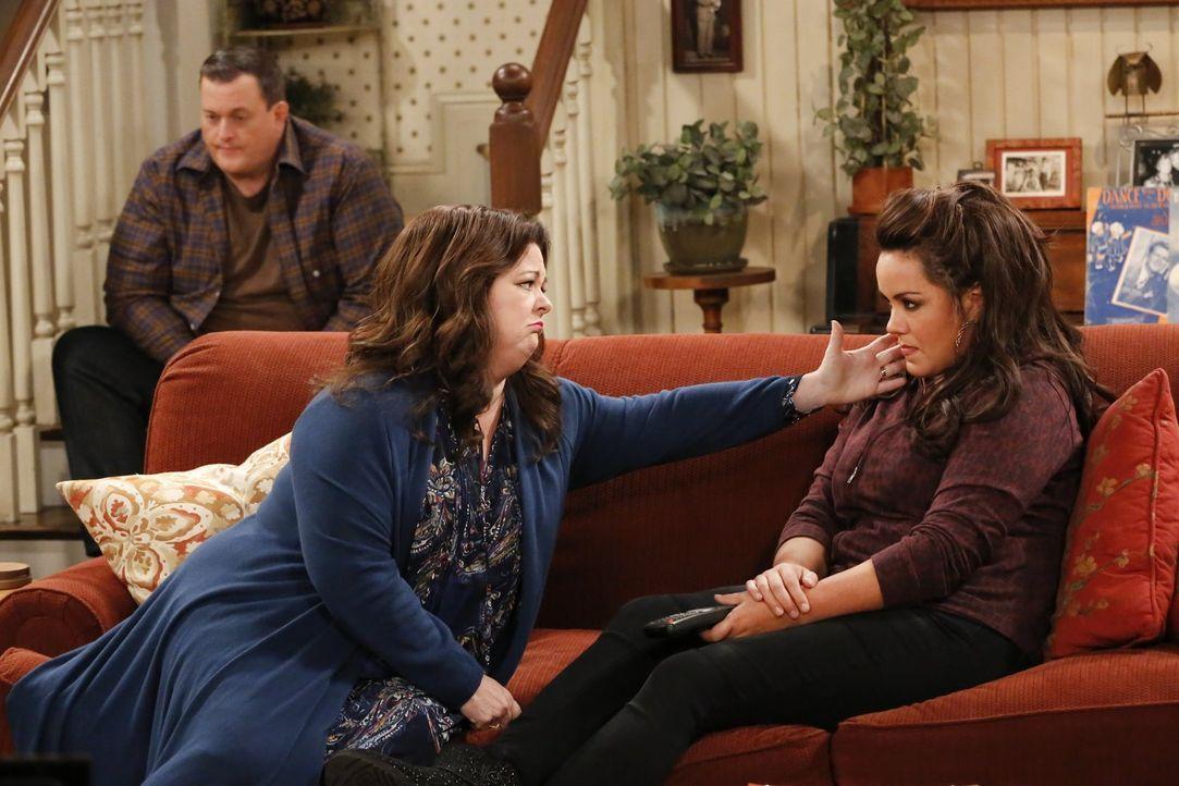 Molly (Melissa McCarthy, l.) kann nicht verstehen, dass Victoria (Katy Mixon, r.) im Fall von Joyces Tod das Haus behalten darf, Molly aber nur den... - Bildquelle: Warner Brothers