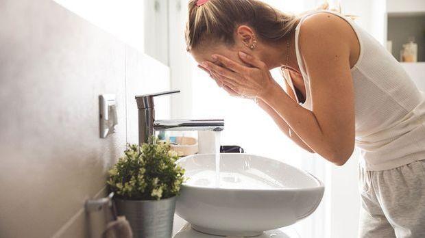 Die tägliche Gesichtswäsche ist reinigend, pflegend und erfrischend! Mehr daz...