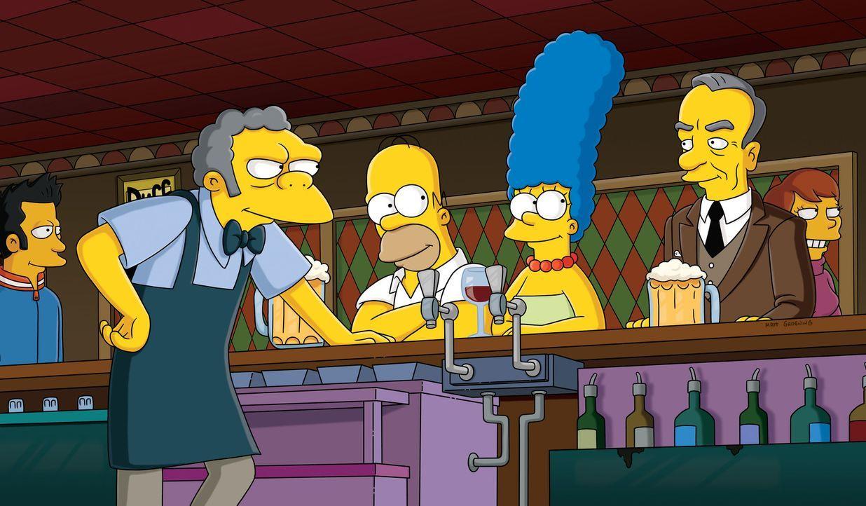 Nach seiner Karriere ist Moe (2.v.l.) wieder zurück in seiner Bar, wo er Besuch von Homer (3.v.l.), Marge (M.) und Mr. Murdock (2.v.r.) bekommt ... - Bildquelle: und TM Twentieth Century Fox Film Corporation - Alle Rechte vorbehalten