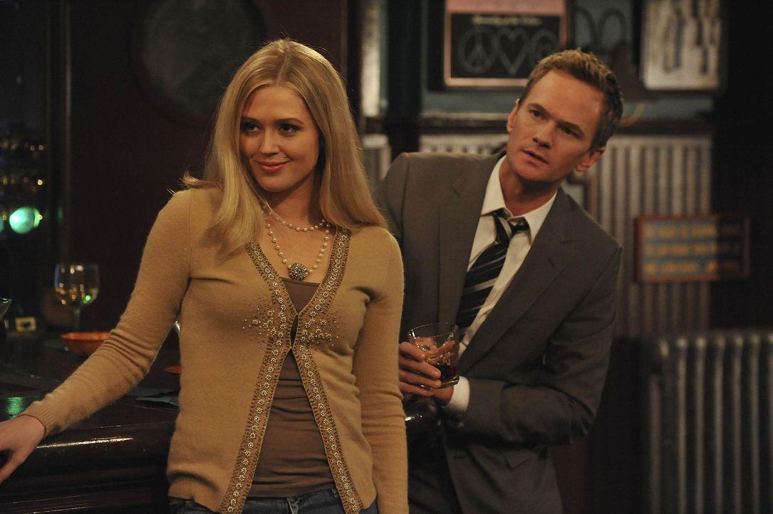 """Barney (Neil Patrick Harris, r.) versucht alles um seine """"7 in 7"""" Serie hinzulegen. Doch wird Joanna (Jessica Faye Borden, l.) rumkriegen? - Bildquelle: 20th Century Fox International Television"""