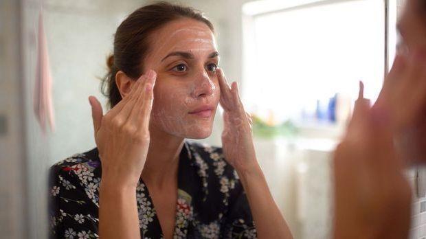 Eine Maske und Gesichtspeeling helfen die unreine Haut zu pflegen und so Mite...
