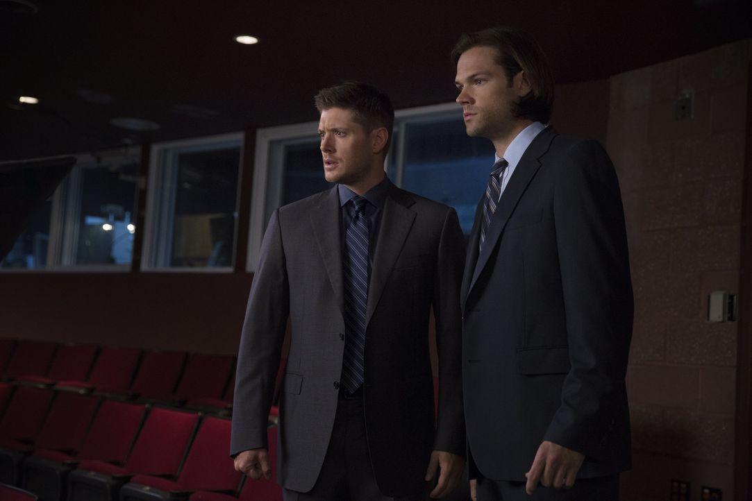 Als eine Lehrerin spurlos verschwindet, machen sich Dean (Jensen Ackles, l.) und Sam (Jared Padalecki, r.) auf den Weg nach Michigan an eine Schule.... - Bildquelle: 2016 Warner Brothers