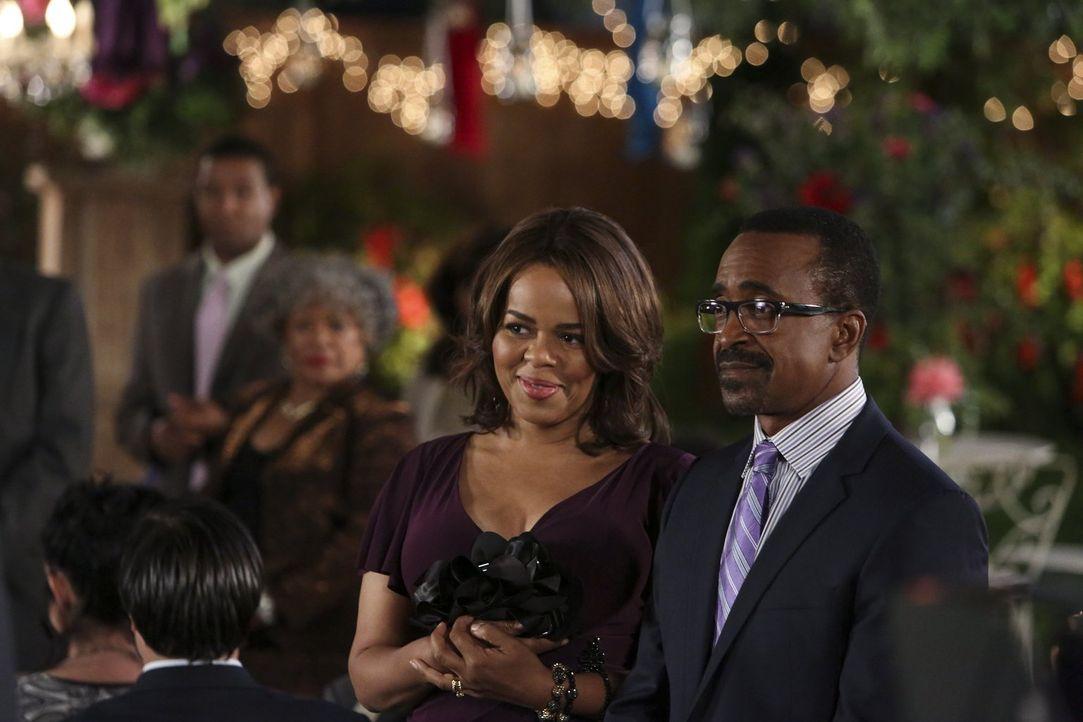 Nehmen nach langen Zureden nun doch an der Hochzeitsfeier von Lisa und Malik teil: Tracy (Paula Newsome, l.) und Edmond (Tim Meadows, r.) ... - Bildquelle: Warner Brothers