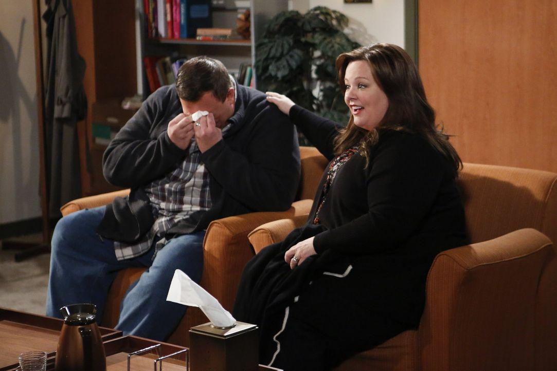 Mike (Billy Gardell, l.) bittet seine Frau Molly (Melissa McCarthy, r.), einen Therapeuten aufzusuchen. Widerwillig gibt sie nach und landet bei Dr.... - Bildquelle: Warner Brothers