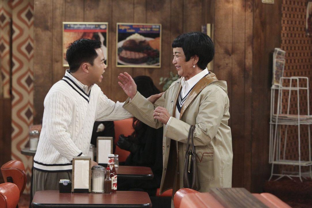 Kurzfristig erfährt Lee (Matthew Moy, l.) vom geplanten Besuch seiner Mutter Su-Min (Karen Maruyama, r.) aus Korea, doch die weiß nichts vom langjäh... - Bildquelle: Warner Bros. Television