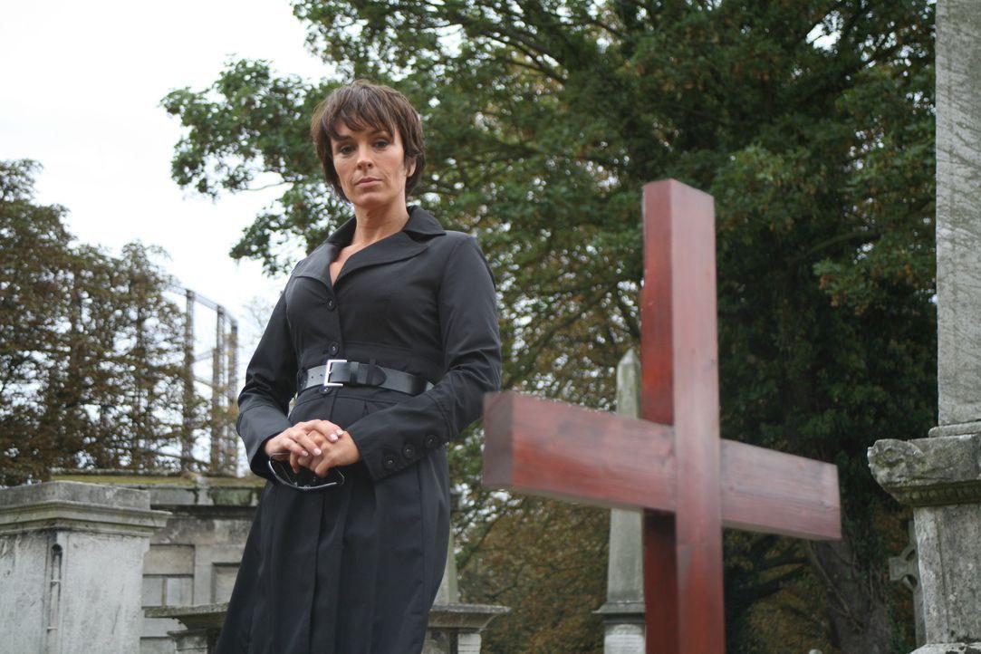 Bei der Beerdigung des verlorenen Teammitglieds taucht Helen (Juliet Aubrey) auf, als bereits alle anderen gegangen waren. Jedoch nicht alleine ... - Bildquelle: ITV Plc