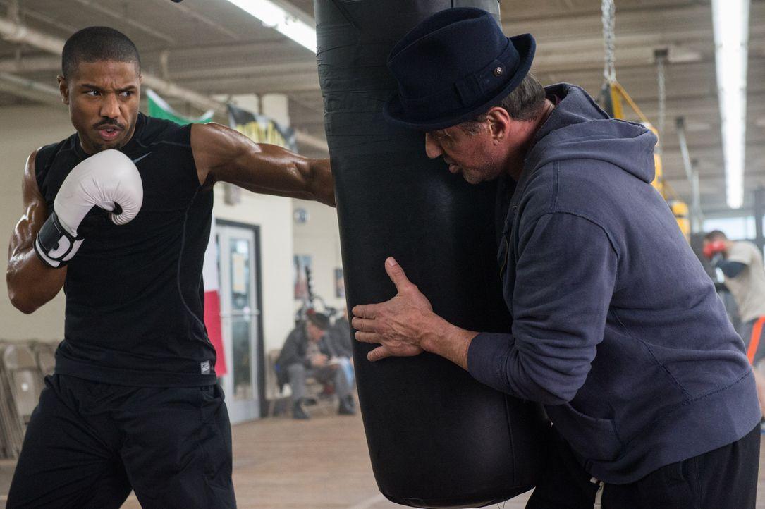 Eigentlich hat sich Rocky (Sylvester Stallone, r.) aus dem Box-Geschäft zurückgezogen, doch dann steht Adonis Johnson (Michael B. Jordan, l.), der u... - Bildquelle: Barry Wetcher 2015 Warner Bros. Entertainment Inc. and Metro-Goldwyn-Mayer Pictures Inc.  All Rights Reserved. / Barry Wetcher