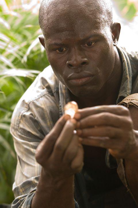 Der Fischer Solomon Vandy (Djimon Hounsou) wird mit anderen Männern aus seinem Dorf entführt und zur Arbeit in die Diamantminen geschickt. Eines T... - Bildquelle: Warner Bros.