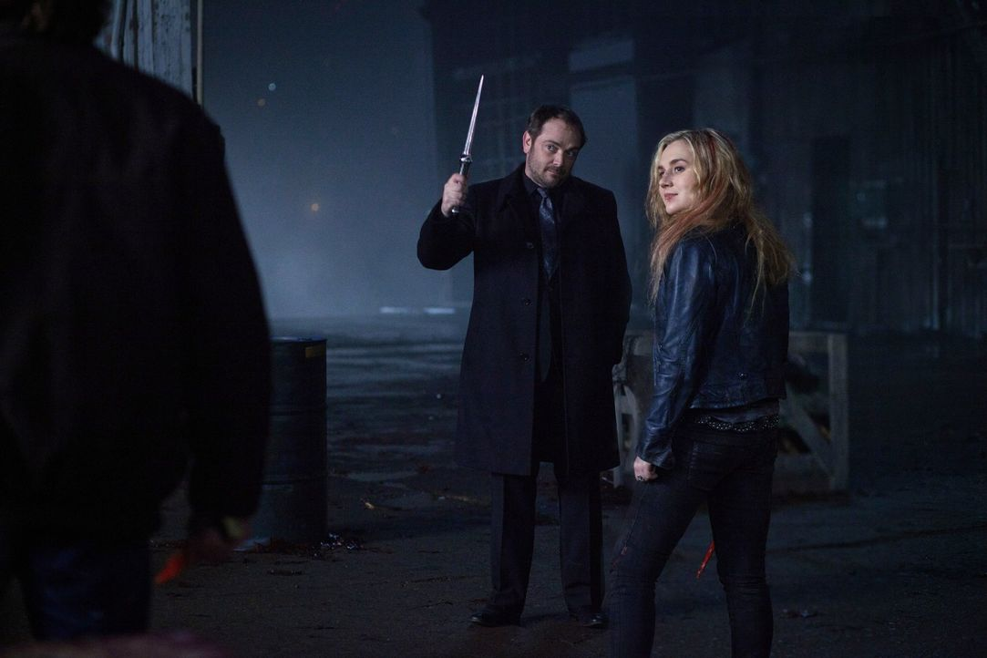 Wird Crowley (Mark Sheppard, l.) wirklich Meg (Rachel Miner, r.) zurück in die Hölle schicken? - Bildquelle: Warner Bros. Television