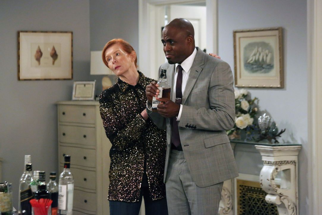 Nachdem James (Wayne Brady, r.) beim Pokern seinen Ehering an Robin verloren hat, taucht er plötzlich mit Loretta (Frances Conroy, l.) auf, um diese... - Bildquelle: 2013 Twentieth Century Fox Film Corporation. All rights reserved.
