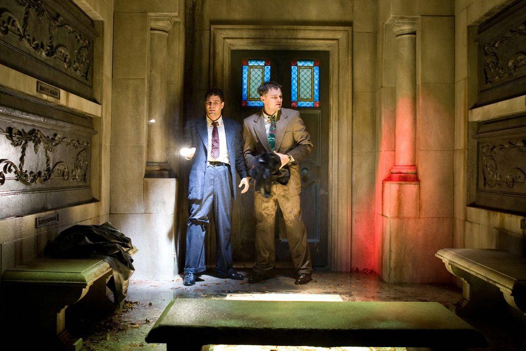 Bereits nach kurzer Zeit werden US-Marshall Teddy Daniels (Leonardo DiCaprio, r.) und seinem neuen Kollegen Chuck Aule (Mark Ruffalo, l.) klar, dass... - Bildquelle: 2008 Paramount Pictures. All Rights Reserved.   2010 Concorde Filmverleih GmbH