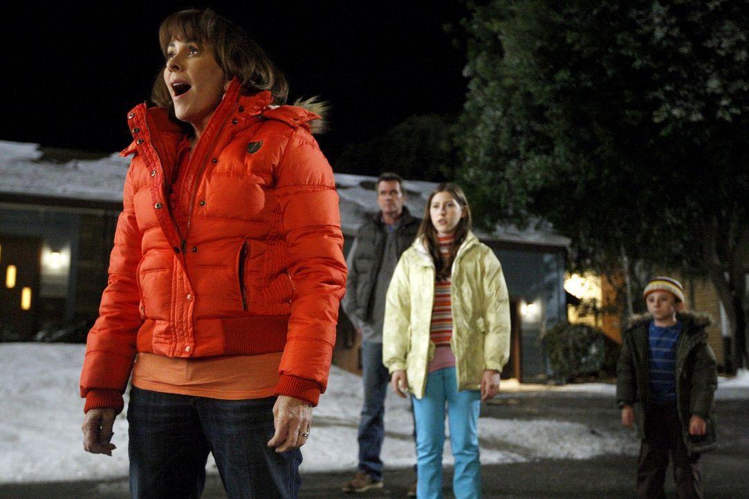 Die geplante gemeinsame Familienaktivität endet für Frankie (Patricia Heaton, vorne), Sue (Eden Sher, Mitte r.), Mike (Neil Flynn, Mitte l.) und Bri... - Bildquelle: Warner Brothers