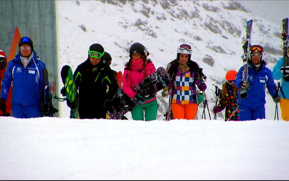 Ski heil! Nach ihrem ersten Snowboard-Training, testen die neun Ruhrpottler ihr Talent auf Skiern, bevor es zur nächsten Après-Ski-Sause in Sölde... - Bildquelle: ProSieben