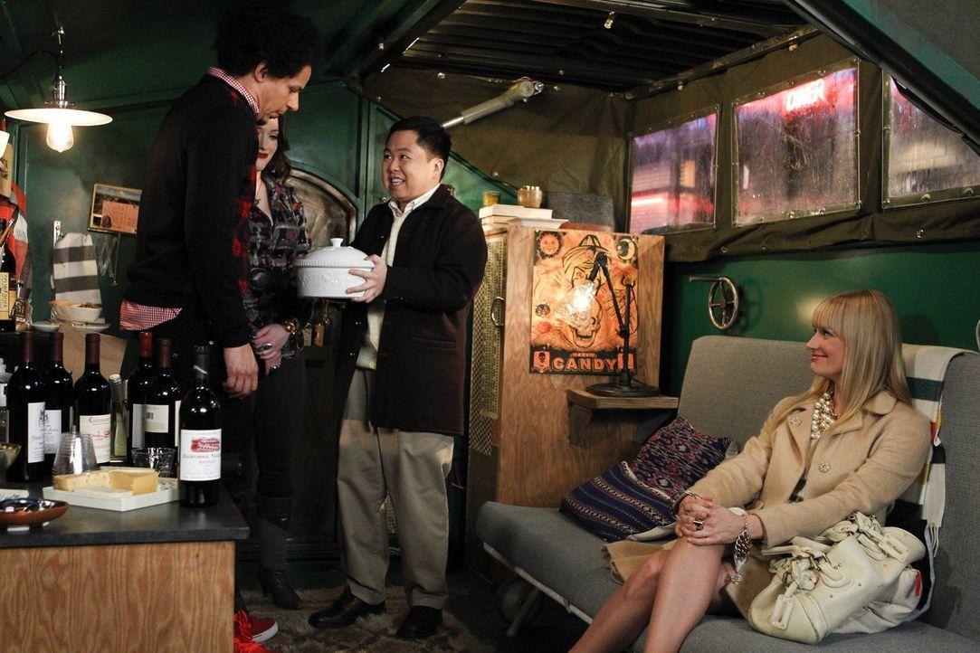 Um bei Caroline (Beth Behrs, r.) einen guten Eindruck zu hinterlassen, lädt Deke (Eric André, l.) Caroline, Max (Kat Dennings, 2.v.l.) und Han (Matt... - Bildquelle: Warner Bros. Television