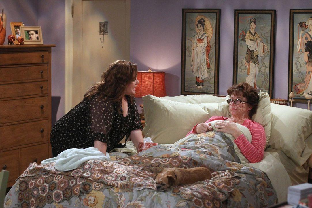 Peggy (Rondi Reed, r.) erzählt Molly (Melissa McCarthy, l.) von ihrer ganz besonderen Überraschung für Dennis zum Geburtstag ... - Bildquelle: Warner Brothers