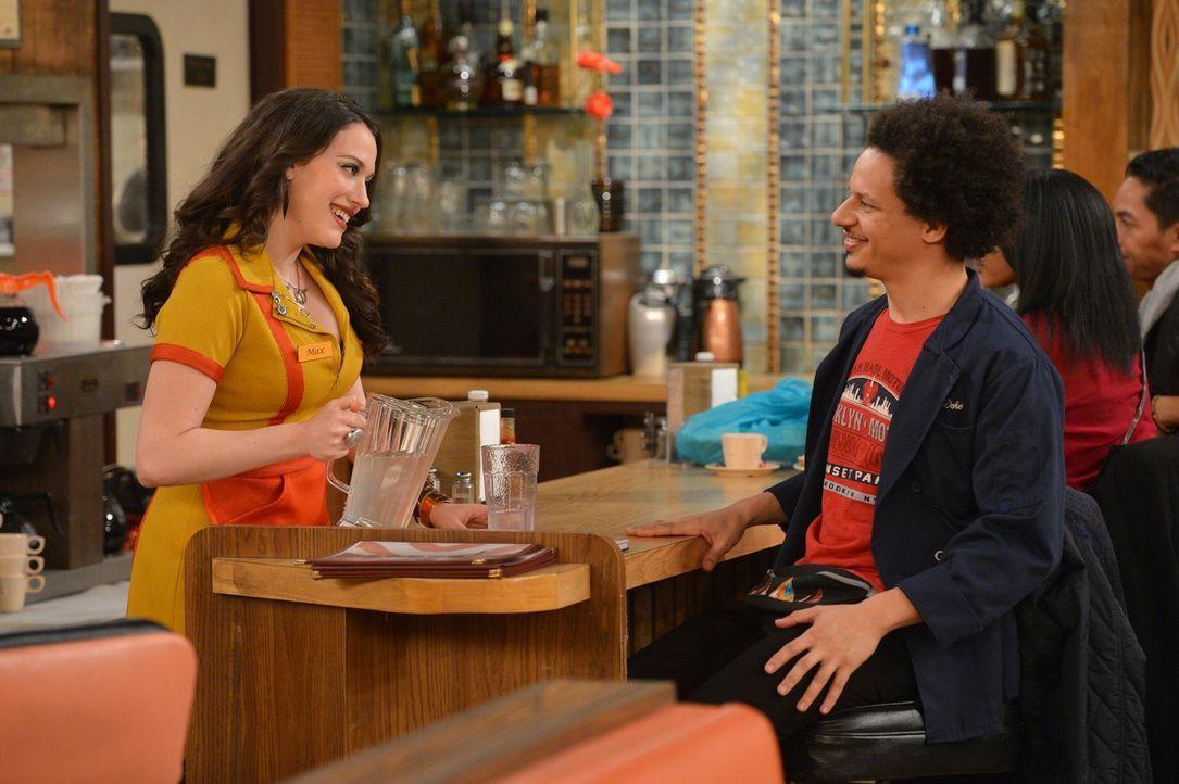 Zwischen Max (Kat Dennings, l.) und Deke (Eric Andre, r.) entwickelt sich eine Freundschaft - oder kann sogar mehr daraus werden? - Bildquelle: Warner Brothers Entertainment Inc.