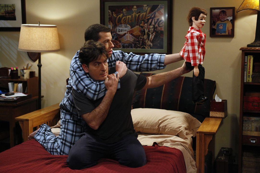 Alan (Jon Cryer, hinten) beschäftigt sich vor Einsamkeit mit einem neuen Hobby, einer Bauchrednerpuppe. Das geht so weit, dass sie hin und wieder f... - Bildquelle: Warner Brothers Entertainment Inc.