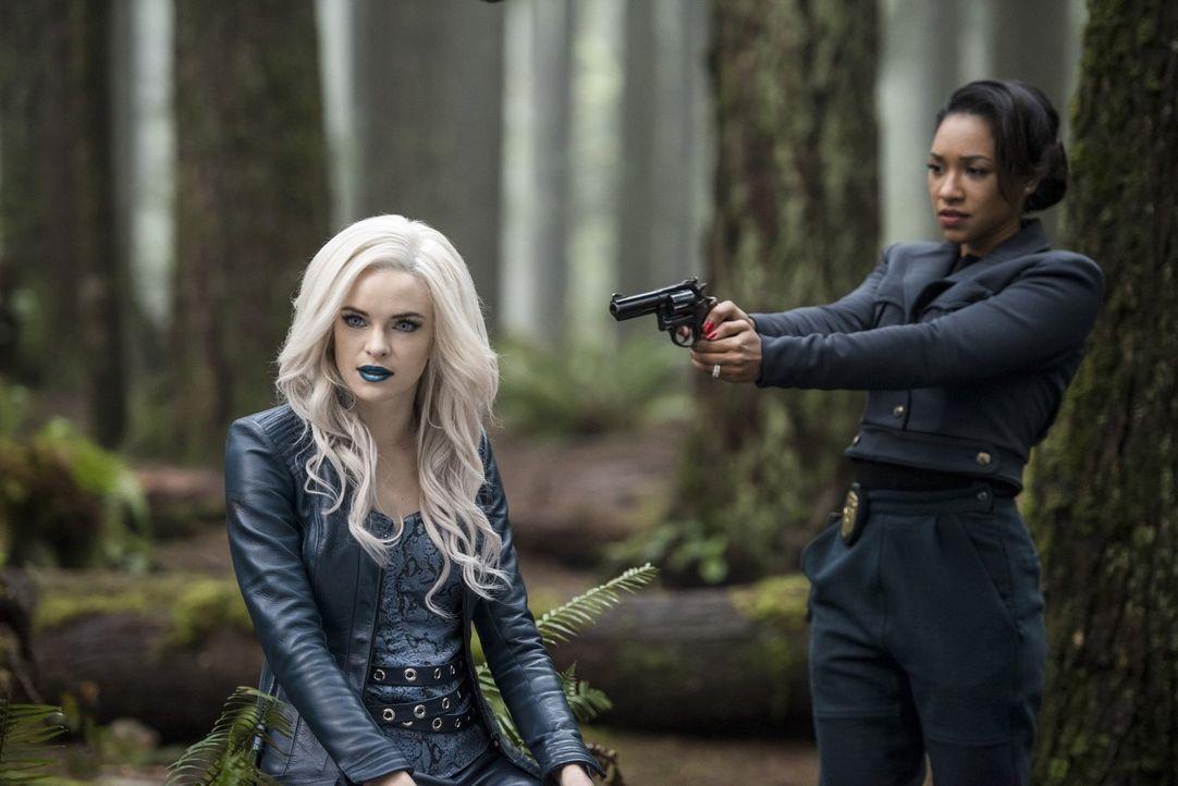 Eigentlich will Iris (Candice Patton, r.) nur Rache an Caitlin alias Killer Frost (Danielle Panabaker, l.) nehmen, doch sie könnte die einzige sein,... - Bildquelle: Warner Bros. Entertainment, Inc.
