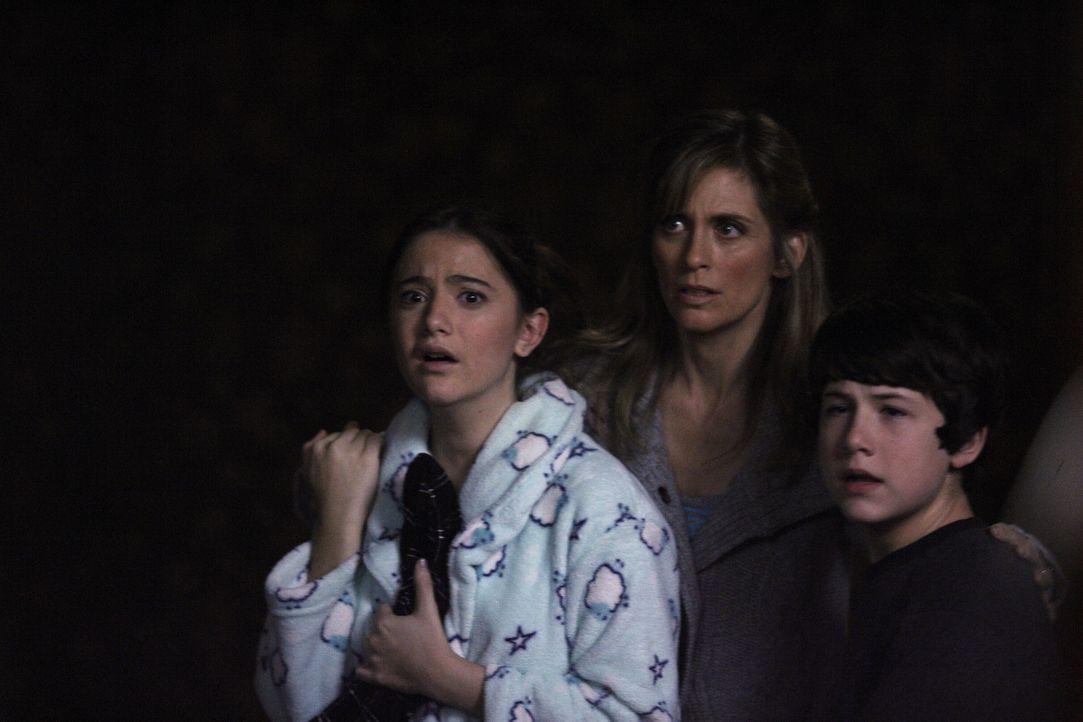 Schweben in großer Gefahr: Kate (Alexa Nikolas, l.), Susan (Helen Slater, M.) und Danny (Dylan Minnette, r.) ... - Bildquelle: Warner Brothers