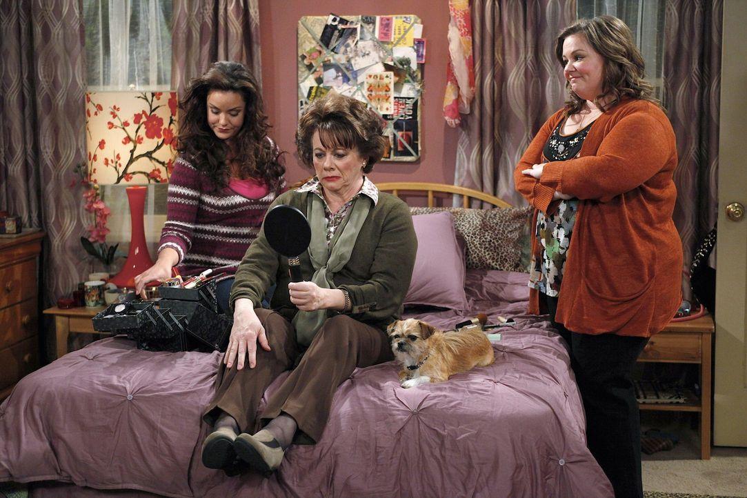 Zusammen machen sie Peggy (Rondi Reed, M.) für ihr Date hübsch: Molly (Melissa McCarthy, r.) und Victoria (Katy Mixon, l.) ... - Bildquelle: 2010 CBS Broadcasting Inc. All Rights Reserved.