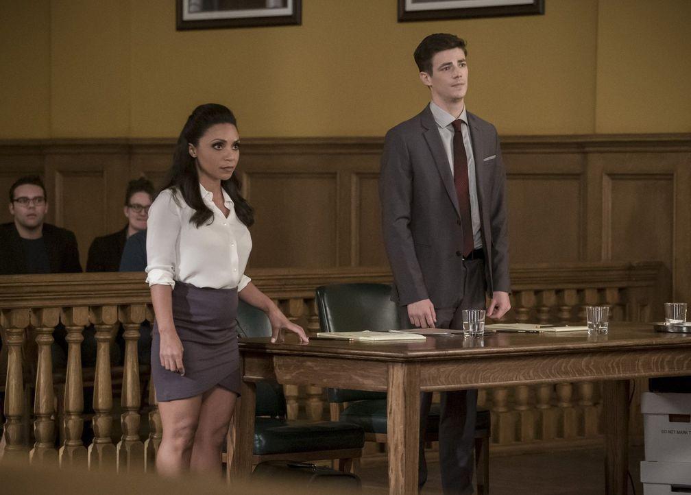 Als die Verhandlungen aussichtslos erscheinen, macht Cecile (Danielle Nicolet, l.) Barry (Grant Gustin, r.) einen Vorschlag, der sein Leben für imme... - Bildquelle: 2017 Warner Bros.