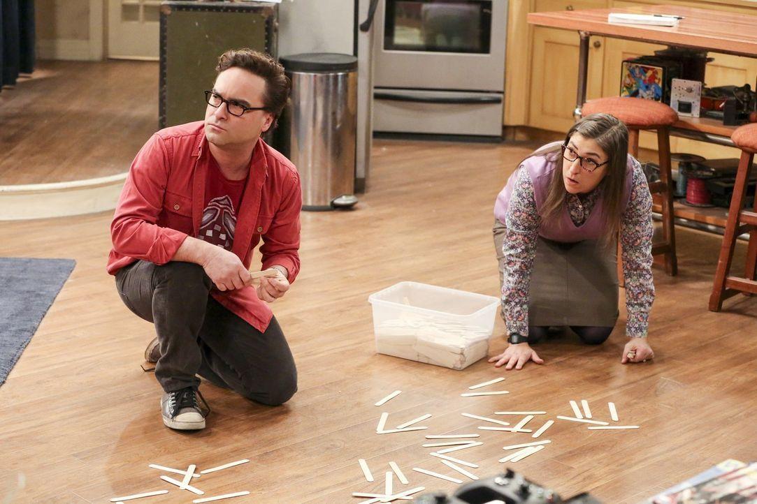 Nachdem Sheldon Amy (Mayim Bialik, r.) verscheucht hat, damit er in Ruhe nach einem neuen Projekt suchen kann, schließt sie sich für mehrere Experim... - Bildquelle: Warner Bros. Television