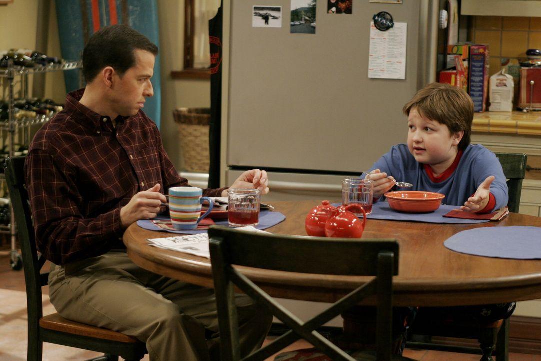 Alan (Jon Cryer, l.) hat keine Ahnung, dass Jake (Angus T. Jones, r.) Charlie erpresst ... - Bildquelle: Warner Brothers Entertainment Inc.