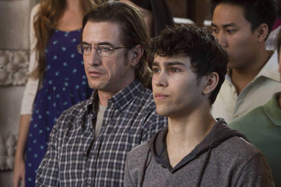 Während Francis Gibson (Dermot Mulroney, l.) seinen Rachefeldzug weiter fortsetzt, muss Ian (Max Schneider, r.) damit zurechtkommen, dass Beth Anne... - Bildquelle: 2013-2014 NBC Universal Media, LLC. All rights reserved.