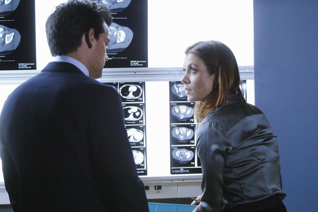 Addison (Kate Walsh, r.) holt Dr. Rodriguez (Cristián de la Fuente, l.) zur Hilfe, der eine Lösung finden soll, um Susan zu retten. Dieser hat jed... - Bildquelle: ABC Studios