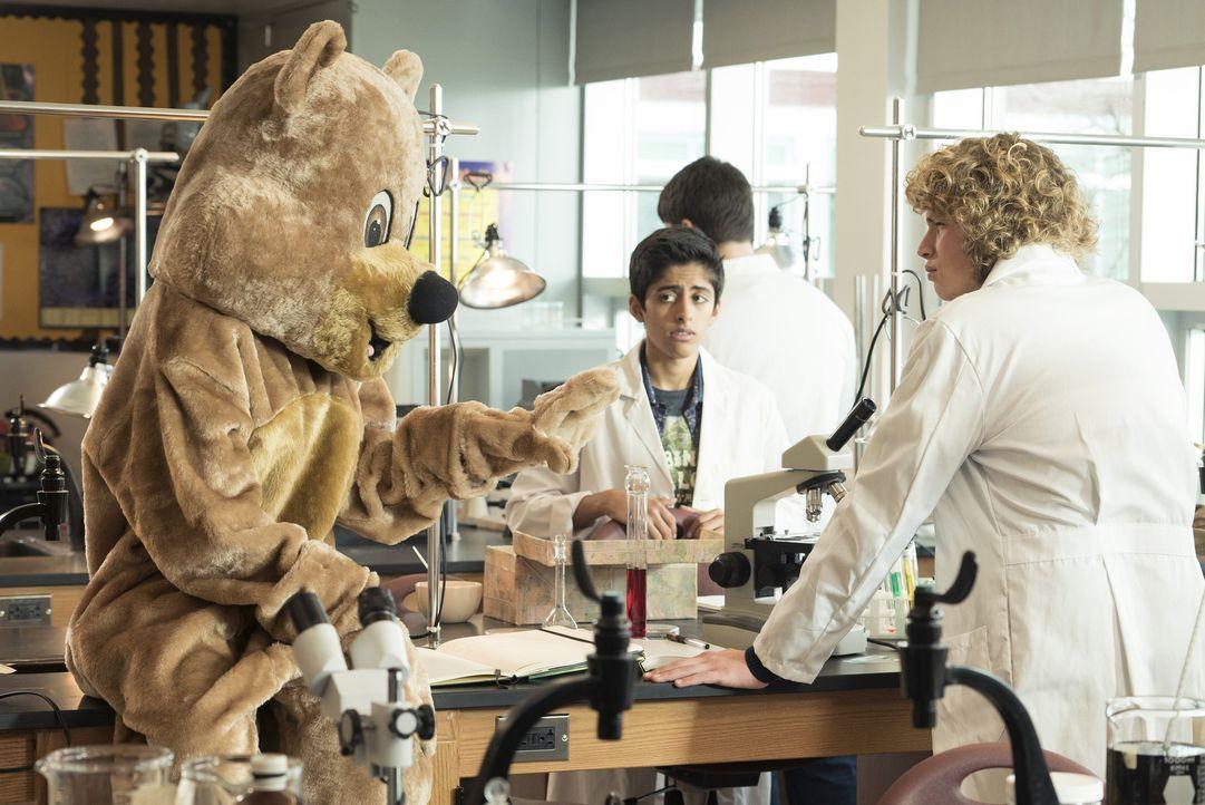 Im Bärenkostüm gibt die unsichtbare Molly (Paris Berelc, l) sich als ihre Schwester Cleo aus und bittet Carter (Will Meyers, r.) um ein Date. Cleos... - Bildquelle: 2015 Disney Enterprises, Inc. All rights reserved.