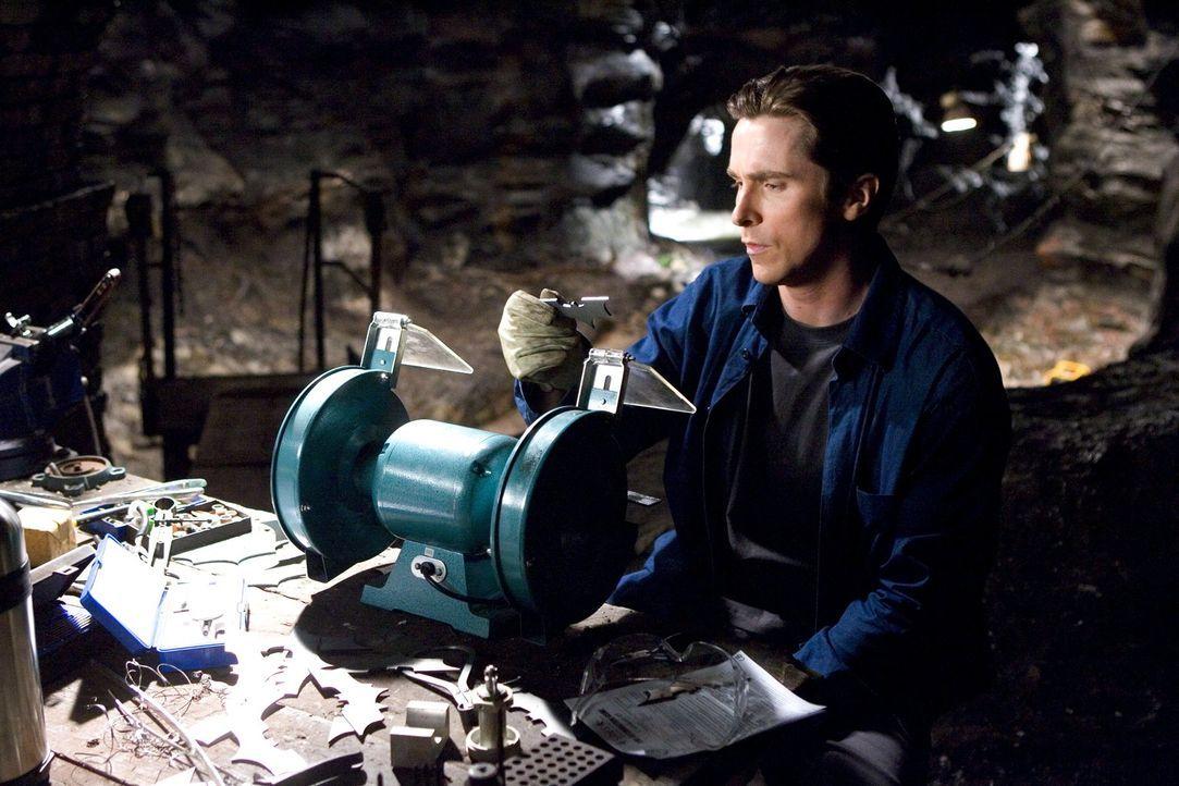 Zurück im sündigen Gotham City beginnt Bruce (Christian Bale), sein Alter Ego in Form einer schwarzen Fledermaus zu erschaffen. Waren Fledermäuse... - Bildquelle: 2005 Warner Brothers