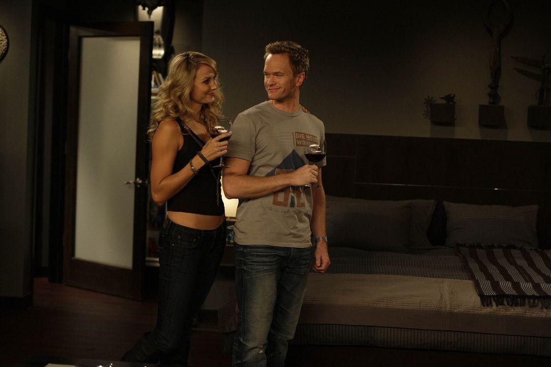 Barney (Neil Patrick Harris, r.) hat sich in die neue Barfrau des MacLaren's (Stacy Keibler, l.) verguckt, und will sie rumkriegen. Doch wird es ihm... - Bildquelle: 20th Century Fox International Television