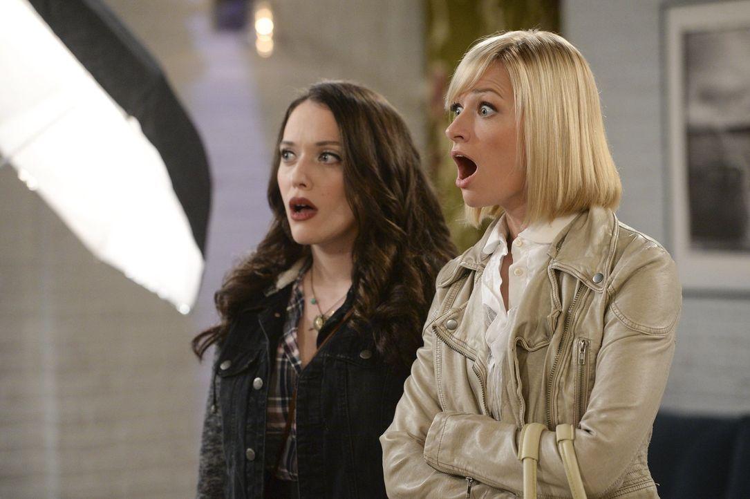 Caroline (Beth Behrs, r.) und Max (Kat Dennings, l.) sind geschockt, als plötzlich Nashs Mutter auftaucht und ihren Sohn mit nach Irland nehmen will... - Bildquelle: Warner Bros. Television