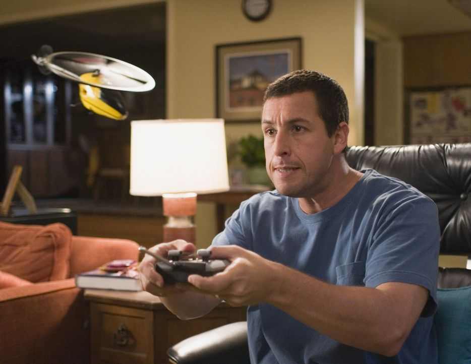 Mit einer magischen und universellen Fernbedienung ändert sich das Leben von Michael (Adam Sandler) schlagartig ... - Bildquelle: Sony Pictures Television International. All Rights Reserved.