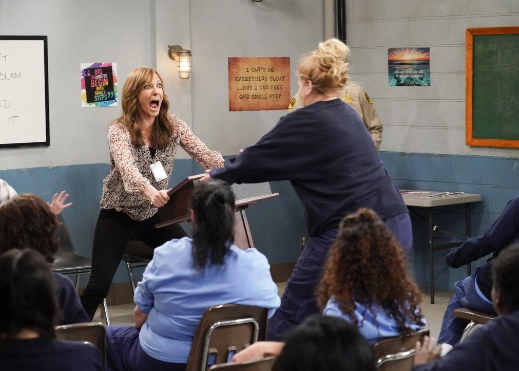 So hatte sich Bonnie (Allison Janney, l.) ihren Besuch im Frauengefängnis nicht vorgestellt. Denn als sie dort ein Meeting leiten will, wird sie plö... - Bildquelle: 2018 Warner Bros.