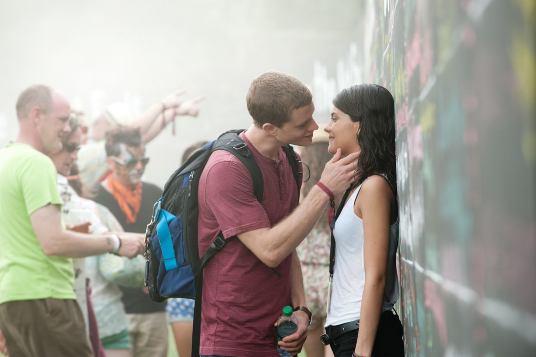 Um eine verpasste Gelegenheit bei Jessie (Sofia Black D'Elia, r.) zu korrigieren, reist David (Jonny Weston, 2.v.r.) zurück in die Vergangenheit - u... - Bildquelle: 2015 Paramount Pictures. All Rights Reserved.