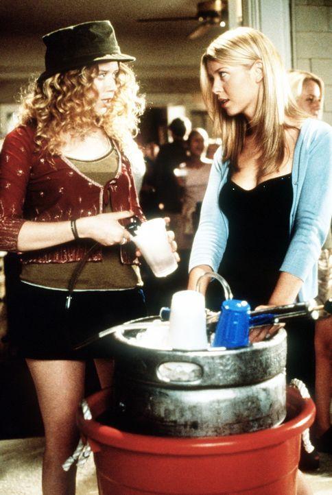 Der Traum vieler Jungs: Vicky (Tara Reid, r.) und Jessica (Natasha Lyonne, l.) ... - Bildquelle: Constantin Film